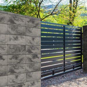 Aby uniknąć dużej ilości betonu w otoczeniu posesji, niezbędna jest także zieleń, której aranżacja wymaga stworzenia odpowiednich ram w postaci klombów lub donic. Fot. Polbruk