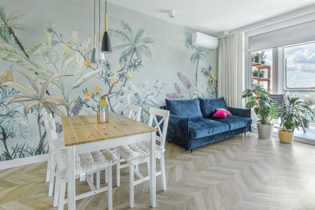 Mieszkanie o powierzchni 59 m2 znajduje się w nowoczesnym apartamentowcu w centrum Bydgoszczy. Wnętrze jest niezwykle wygodne, funkcjonalne i ponadczasowe. Odnajdziemy w nim echoklasyki inspirowanej pastelową kolorystyką lat 50-tych.