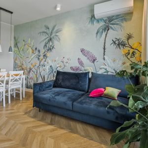Ścianę w salonie zdobi piękny, bardzo oryginalny mural firmy Tecnografica. Projekt: Beata Ignasiak, pracownia Ignasiak Interiors. Fot. Grupa Deix