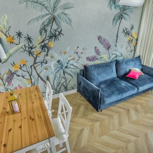 Podłoga w jodełkę pięknie komponuje się z wszelkimi kolorami we wnętrzu i nadaje mu oczekiwanej ponadczasowości. Projekt: Beata Ignasiak, pracownia Ignasiak Interiors. Fot. Grupa Deix