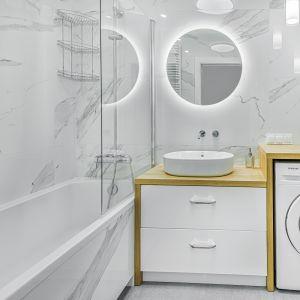 Łazienka mimo niewielkiego metrażu jest bardzo wygodna i funkcjonalna. Projekt: Beata Ignasiak, pracownia Ignasiak Interiors. Fot. Grupa Deix