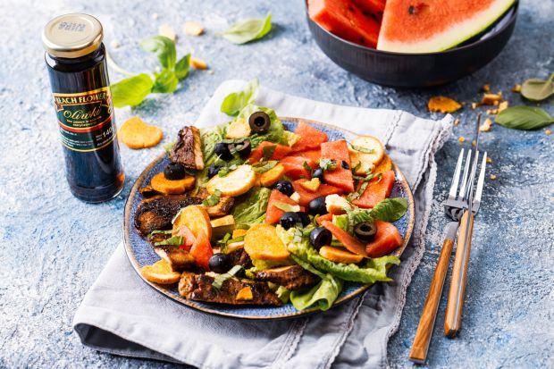 Sałatka z arbuza to świetna propozycjana lekką kolację, lunch czy dodatek do grilla. Polecamy świetny przepis. Arbuz doskonaledopełnia tu filet z indyka i czarne oliweki.
