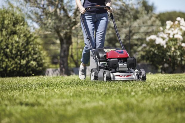Koszenie trawy w ogrodzie czy w strefie wokół domu jest najczęściej wykonywaną czynnością w sezonie ogrodniczym. Ścięta trawa stanowi szacunkowo 2/3 odpadów ogrodowych i każdy właściciel trawnika, małego i dużego, mierzy się z problemem ut