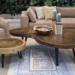 Stoliki kawowe okrągłe Natural Secret z drewna akacjowego.  Charakteryzują się unikatowym kształtem blatu. Cena: 3.900 zł, Miloo Home. Fot. Miloo Home