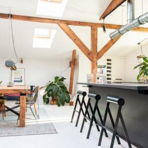 Meble w kuchni są czarno-białe, aby pojawił się tu rys loftowy, ale całość raczej wtapiała się w tło niż wybijała. Projekt wnętrza: Szalbierz Design. Zdjęcia: Maja Musznicka Shine Studio