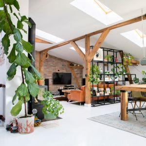 Na 140 metrach kwadratowych miękko wyodrębniono jednoprzestrzenną część dzienną z salonem, kuchnią i jadalnią oraz niewielkie biuro, sypialnię z przejściem do garderoby i łazienkę. Projekt wnętrza: Szalbierz Design. Zdjęcia: Maja Musznicka Shine Studio