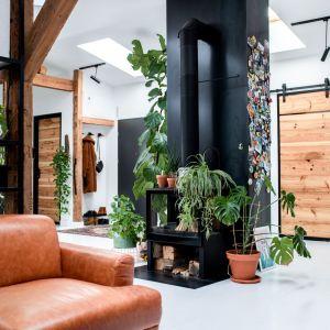 Światło słoneczne wpada do mieszkania także przez okna połaciowe. Projekt wnętrza: Szalbierz Design. Zdjęcia: Maja Musznicka Shine Studio