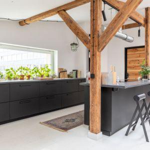 Szczególnie w przestrzeni kuchni zwraca uwagę biała podłoga, jednolita w całej przestrzeni dziennej oraz w sypialni. Projekt wnętrza: Szalbierz Design. Zdjęcia: Maja Musznicka Shine Studio