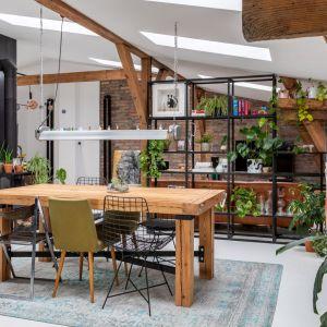 Wykonany własnoręcznie przez ojca inwestora drewniany stół. Projekt wnętrza: Szalbierz Design. Zdjęcia: Maja Musznicka Shine Studio