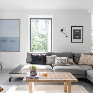 Ściany w salonie wykończone są białą farbą. Projekt: pracownia and.home. Fot. Katarzyna Seliga-Wróblewska, Marcin Wróblewski/Fotomohito