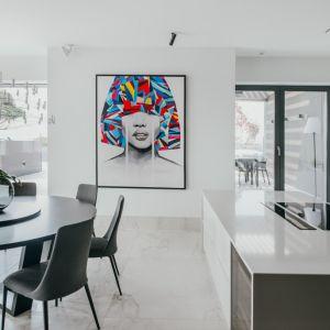 Ogromnym atutem apartamentu jest dostęp do światła naturalnego, dzięki ogromnym oknom i przeszkolonym drzwiom, prowadzącym na okazały taras. Projekt: pracownia MMOA. Fot. Janina Tyńska