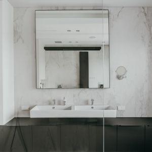 Duże lustro powiększa przestrzeń łazienki. Projekt: pracownia MMOA. Fot. Janina Tyńska