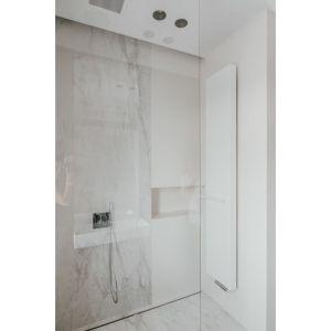 W łazience znajduje się także przeszklony marmurowy prysznic oraz proste i stylowe meble bez uchwytów. Projekt: pracownia MMOA. Fot. Janina Tyńska