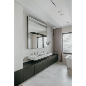 W łazience dominuje jasna kolorystyka. Projekt: pracownia MMOA. Fot. Janina Tyńska