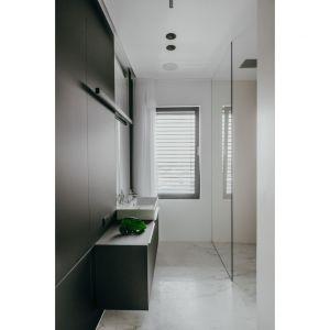 Wygodna, rodzinna łazienka. Projekt: pracownia MMOA. Fot. Janina Tyńska