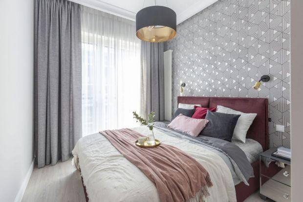 Jak wykończyć ścianę za łóżkiem w sypialni? Postaw na tapetę. Wygląda pięknie, jest modna i dostępna w wielu wzorach oraz kolorach. Zobacz nasze pomysły na dekorację ściany za łóżkiem tapetą.