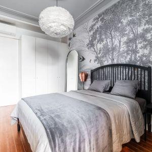 Ściana za łóżkiem w sypialni wykończona jest biało-czarną tapetą. Projekt wnętrza: Kema Studio. Fot. Eliza Borkowska - KEMA studio