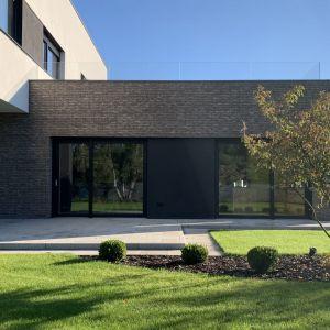 Wszystkie pomieszczenia architekci usytuowali tak, by słońce towarzyszyło mieszkańcom w trakcie naturalnego cyklu dnia. Projekt i zdjęcia: TRZY.BE Architekci