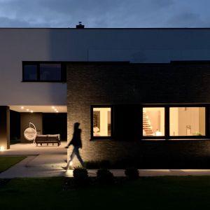 Bryła budynku została ubrana w elegancką prostą formę. Projekt i zdjęcia: TRZY.BE Architekci