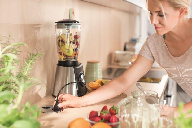 Już co trzeci Polak budujący dom wyposaża go w inteligentne systemy sterowania. Pakiety smart home coraz chętniej udostępniają także deweloperzy. Część z rozwiązań technologicznych z powodzeniem można zastosować w kuchni, co w znaczny sposó