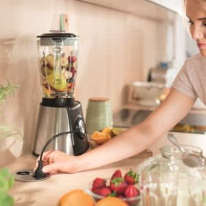 Gniazdko elektryczne można bez problemu schować w kuchennym blacie. Fot.  mat. prasowy Hafele