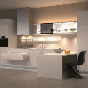 Nowoczesnym oświetleniem w kuchni można sterować za pośrednictwem smartfona. Fot.  mat. prasowy Hafele