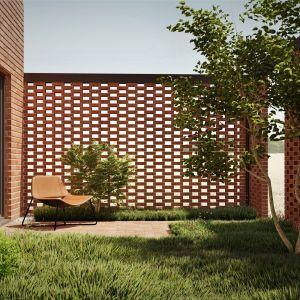 Cegła tworzy ażurowe ściany, zapewniające we wnętrzu różnorodną grę świateł zależną od pory dnia. Projekt: pracownia Core