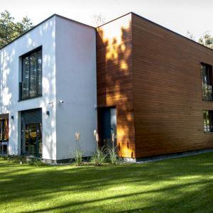 Egzotyczne drewno okoume na elewacji domu. Fot. JAF Polska