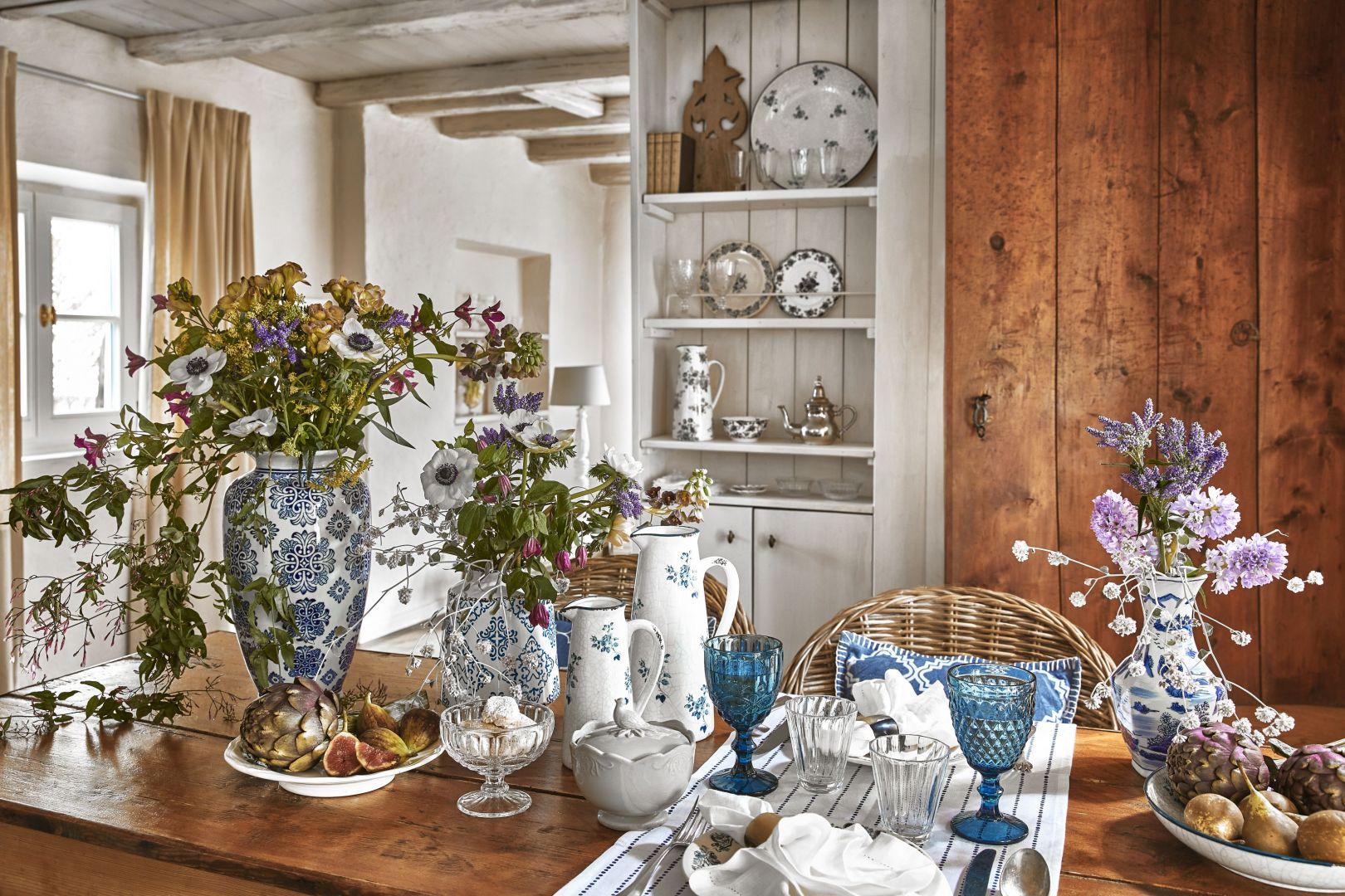Elementami charakterystycznymi dla stylu Cottagecore są kwiecista fajansowa zastawa, drewniane meble i rustykalne detale. Fot. WestwingNow