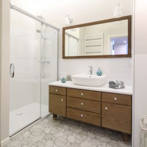 W przypadku prysznica do konserwacji mamy brodzik i drzwi prysznicowe, a także uszczelki. Projekt: Ola Kołodziej, Ula Szmyt. Fot. Bartosz Jarosz