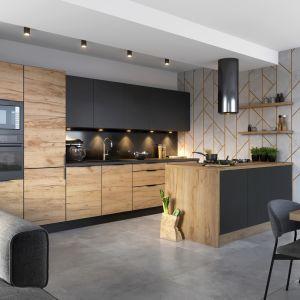W kuchniach urządzonych w duchu minimalizmu, w których rezygnujemy ze zbędnych elementów dekoracyjnych, dobrym wyborem będą uchwyty krawędziowe poprowadzone na krawędzi frontu. Fot. KAM