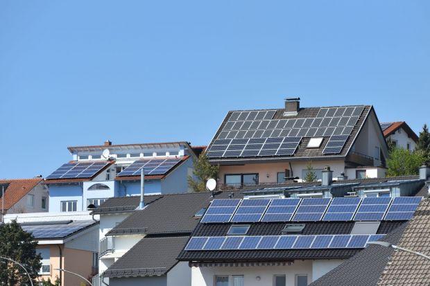 Oszczędność oraz obawa przed rosnącymi kosztami energii to najczęstsze powody, które skłaniają Polaków do inwestycji w fotowoltaikę. Z tego rozwiązania zadowolonych jest dziś niemal 90% użytkowników – wynika z Raportu Oferteo o fotowoltaic