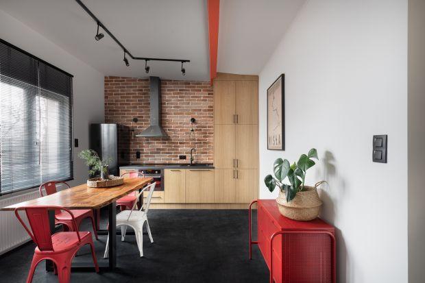 Na niewielkim metrażu znalazło się zaskakująco funkcjonalne wnętrze. Charakteru dodają mu loftowe akcenty - naturalna cegła i czerwień metalowych mebli. Zobaczcie fajne mieszkanie z Warszawy!