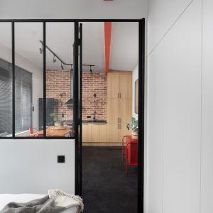 Kawalerka w warszawskiej dzielnicy Włochy została urządzona w loftowym stylu. Projekt: Ola Dąbrówka, GOOD VIBES Interiors Zdjęcia: Mikołaj Dabrowski