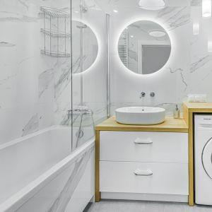 Mała łazienka w bloku z wanną urządzona w jasnych kolorach. Bardzo wygodna. Projekt: Beata Ignasiak, pracownia Ignasiak Interiors. Fot. Grupa Deix