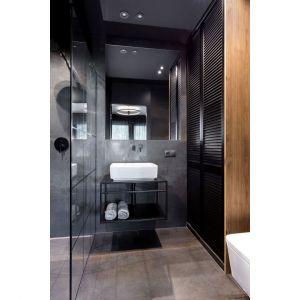 Mała łazienka w bloku w 29-metrowej kawalerce w Poznaniu. Projekt: 2form. Fot. Norbert Banaszy