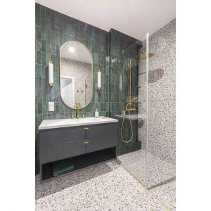 Mała łazienka w bloku z płytkami w kolorze butelkowej zieleni. Projekt: Decoroom. Fot. Pion Poziom