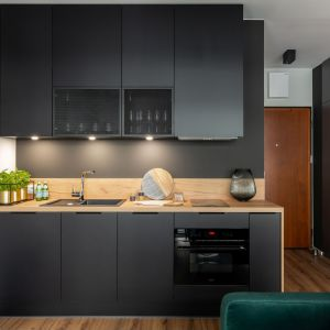 Kuchnia jest mała, ale bardzo praktyczna. Projekt i zdjęcia: KODO Projekty i Realizacje Wnętrz