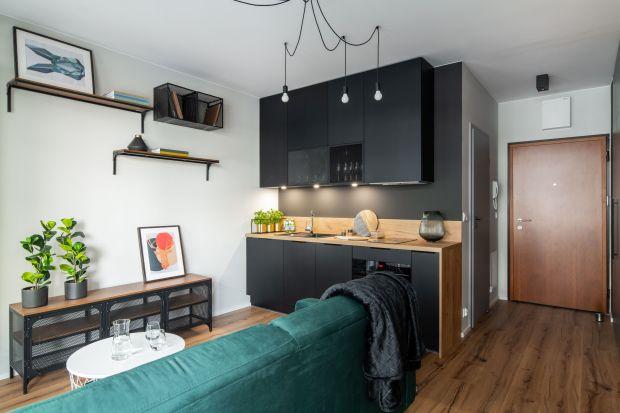 Mieszkanie na warszawskim Żoliborzu jest bardzo małe, ale niezwykle wygodne i funkcjonalne. Na zaledwie 26 metrach kwadratowych mamy dużo miejsca do przechowywania,praktyczną kuchnię oraz przestrzeń do pracy. Jest stylowo, komfortowoi nowocześn