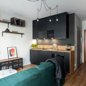 Mieszkanie jest funkcjonalne, odpowiednio wyposażone i dopasowane do potrzeb młodego właściciela. Projekt i zdjęcia: KODO Projekty i Realizacje Wnętrz