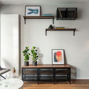 Wiszące półki zapewniają miejsce na przechowyanie. Projekt i zdjęcia: KODO Projekty i Realizacje Wnętrz