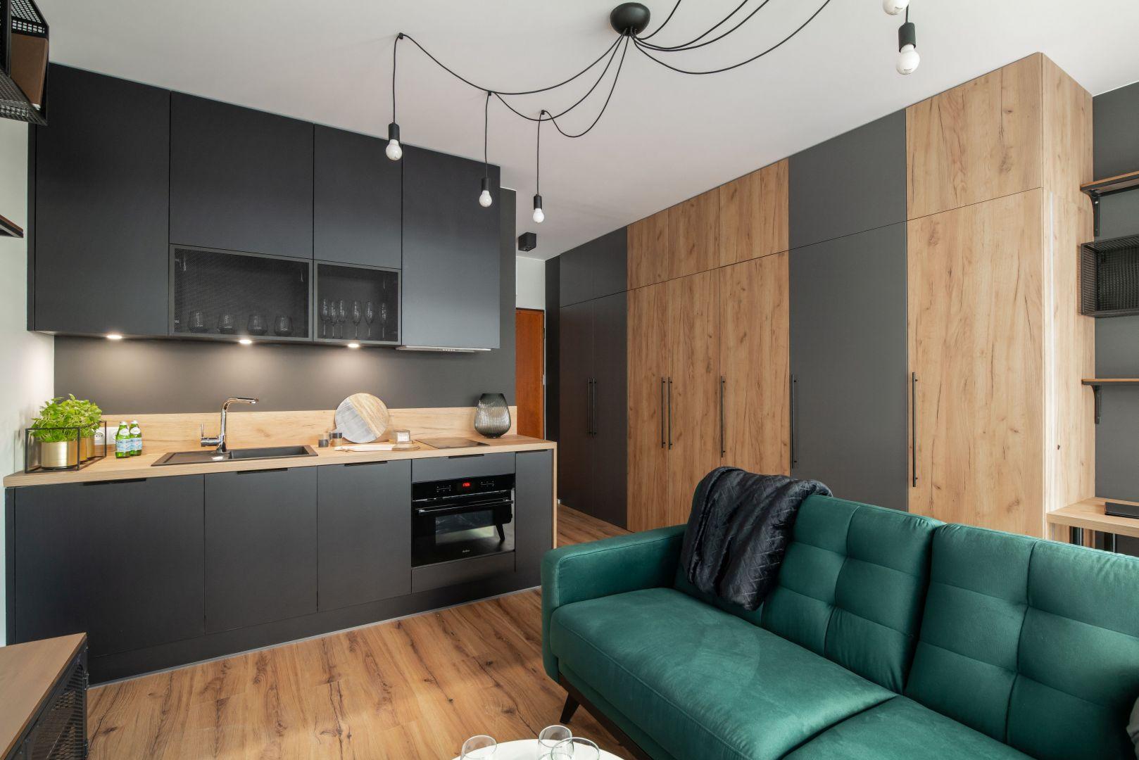 Bardzo małe wnętrze urządzone jest w stonowanych, ciemnych kolorach, takich jak szarości, czerń, antracyt. Projekt i zdjęcia: KODO Projekty i Realizacje Wnętrz