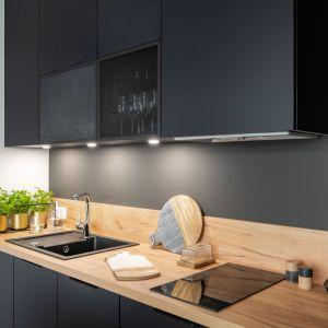 W małej kuchni znajdują się niezbędne AGD - lodówka podblatowa, płyta indukcyjna, piekarnik, zmywarka, okap. Projekt i zdjęcia: KODO Projekty i Realizacje Wnętrz