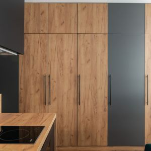 Drewno i kolor szary tworzą niezwykle udane połączenie. Projekt i zdjęcia: KODO Projekty i Realizacje Wnętrz
