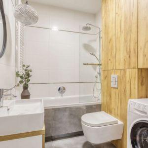 Mała łazienka w bloku, w której biel świetnie łączy się z drewnem. Projekt i zdjęcia: Deer Design Pracownia Architektury, deerdesign.pl