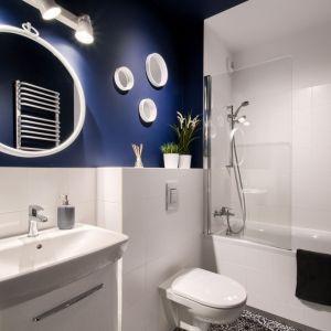 Mała łazienka w bloku z wanną w bloku urządzona w jasnych kolorach. Projekt i zdjęcia: Deer Design Pracownia Architektury, deerdesign.pl