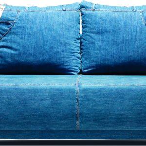Sofa Denim wykonana jest z oryginalnego jeansu, identycznego z tym używanym do produkcji spodni. Materiał został poddany procesowi dekatyzacji, co powoduje m.in. typowe dla jeansu przebarwienia i przetarcia. Producent: Libro. Fot. Libro