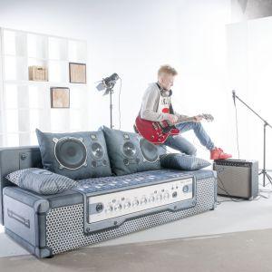 Sofa Play Full świetnie imituje wzmacniacz gitary  wraz z mikserem muzycznym. Poduchy oparciowe wyglądają jak kolumny głośnikowe. Szczegóły są tak realne, że  po naciśnięciu guzika mebel zacznie grać. Producent: Libro. Fot. Libro