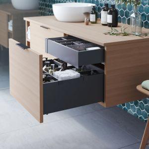 Niemal tak samo wiele rzeczy co w kuchni, przechowujemy w łazience. Dlatego i tu warto postawić na systemy szuflad. Fot. Rejs