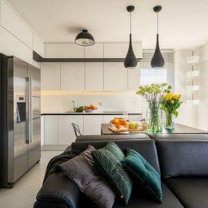 Biała kuchnia w otartej strefie dziennej. Projekt i zdjęcia: KODO Projekty i Realizacje Wnętrz